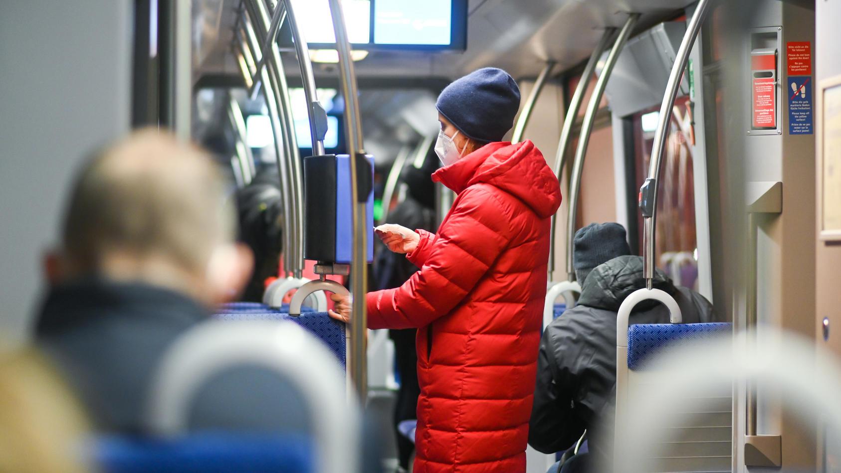 Einige deutsche Verkehrsbetreibe empfehlen, in Bus und Bahn auf lautes Sprechen und Telefonieren zu verzichten.