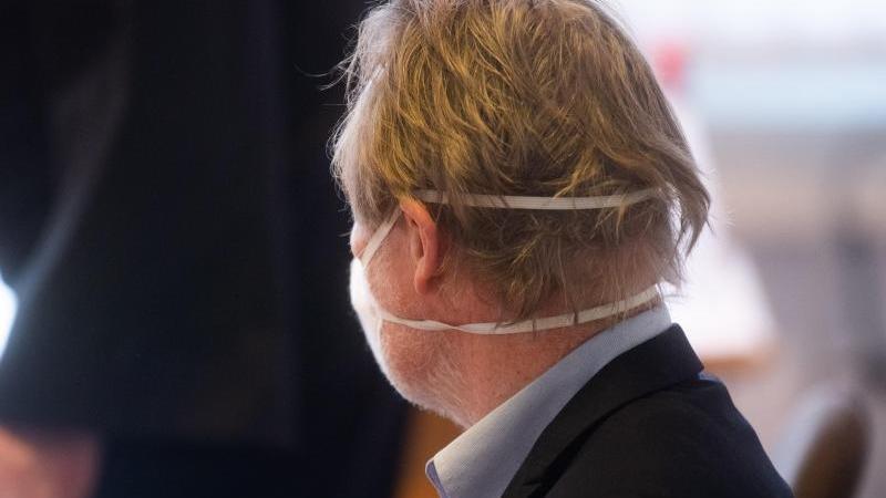 Der Angeklagte sitzt im Gerichtssaal. Foto: Julian Stratenschulte/dpa