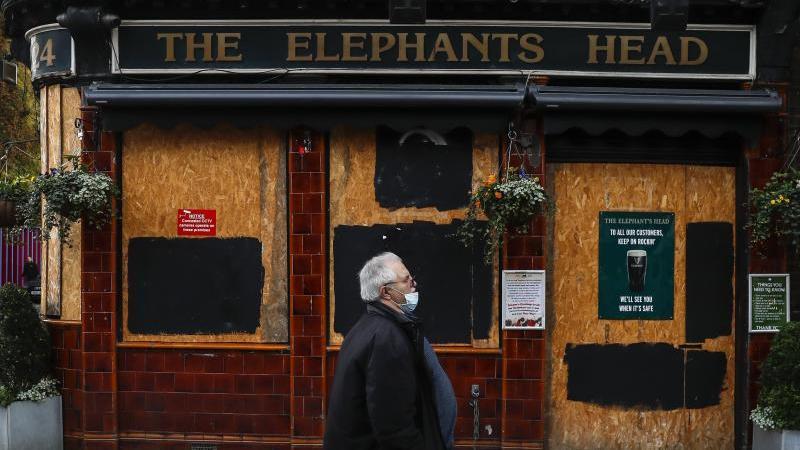 Wegen der Corona-Pandemie müssen in Großbritannien viele Pubs und Restaurants den Zapfhahn zudrehen. Foto: Han Yan/XinHua/dpa