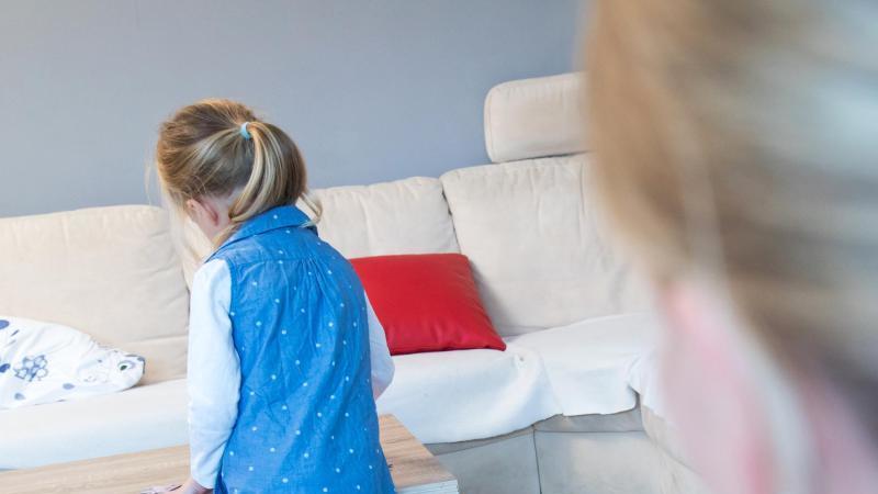 Sind Eltern mit Corona infiziert, heißt es Abstand von anderen Familienmitgliedern halten. Das ist vor allem bei jüngeren Kindern gar nicht so einfach. Foto: Christin Klose/dpa-tmn