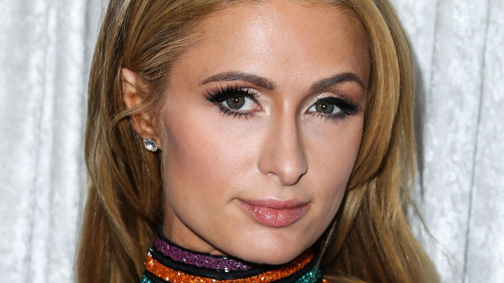 Top gestylt, meistens lächelnd und mit einer hohen Stimme: So kennt die Welt Paris Hilton. Doch dieses It-Girl hat Paris aus einem traurigen Grund erschaffen.
