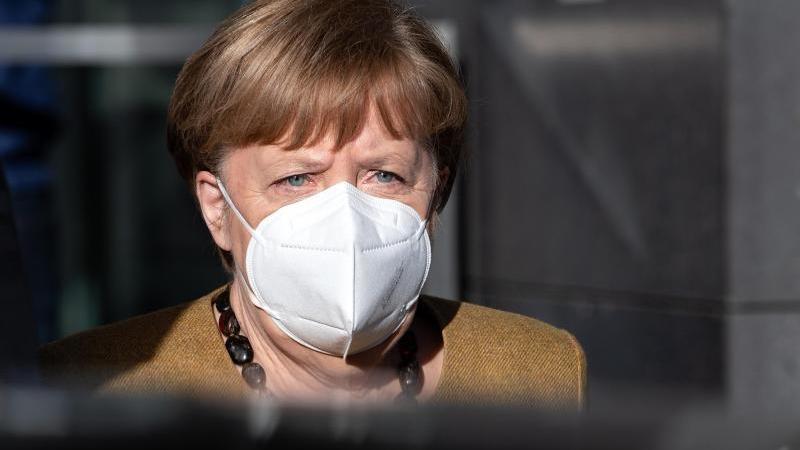 Bundeskanzlerin Angela Merkel (CDU) verlässt nach einer Pressekonferenz zur aktuellen Lage das Haus der Bundespressekonferenz. Foto: Bernd von Jutrczenka/dpa