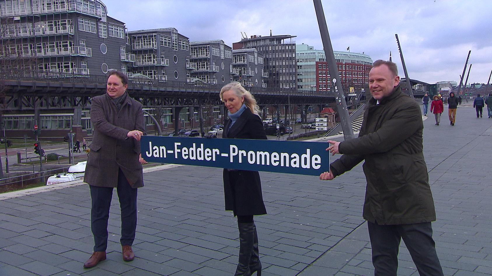 Marion Fedder präsentiert gemeinsam mit Carsten Brosda (SPD) und Andy Grote (SPD) den Namensvorschlag für die Elbuferpromenade.