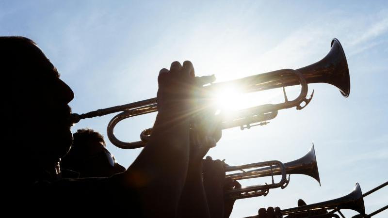 Eine Gruppe Musiker spielt Trompete. Foto: Gregor Fischer/dpa/Symbolbild