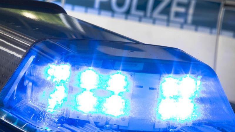 Ein Blaulicht leuchtet am auf dem Dach eines Polizeiwagens. Foto: Friso Gentsch/dpa/Symbolbild