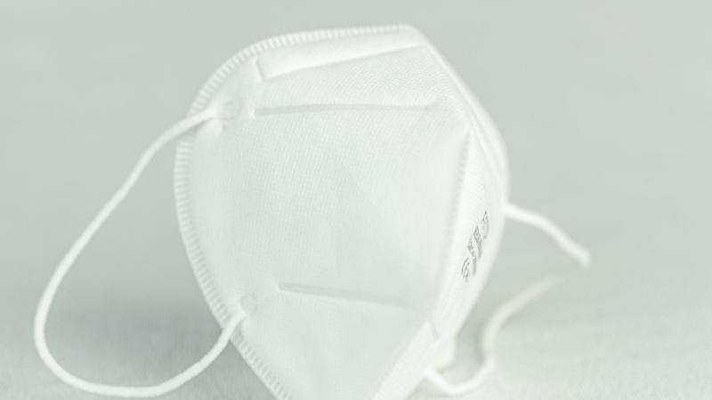 Aufnahme einer Atemschutzmaske vom Typ FFP2. Foto: Friso Gentsch/dpa/Archivbild