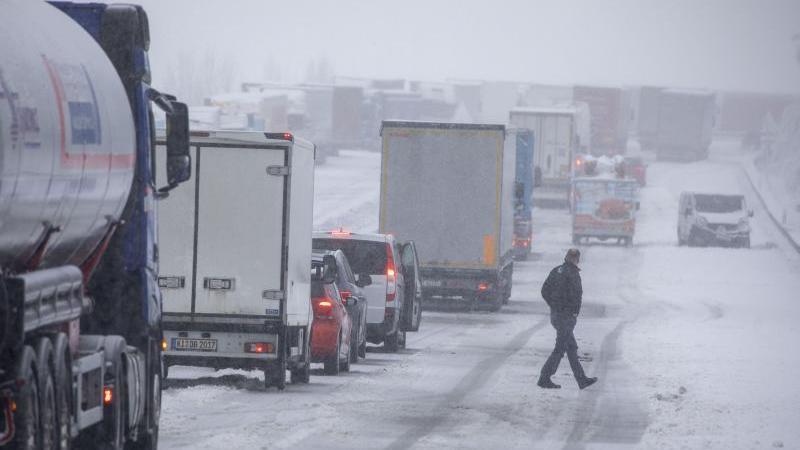 Fahrzeuge stehen auf der A72 bei Schnee im Stau. Foto: Bernd März/dpa