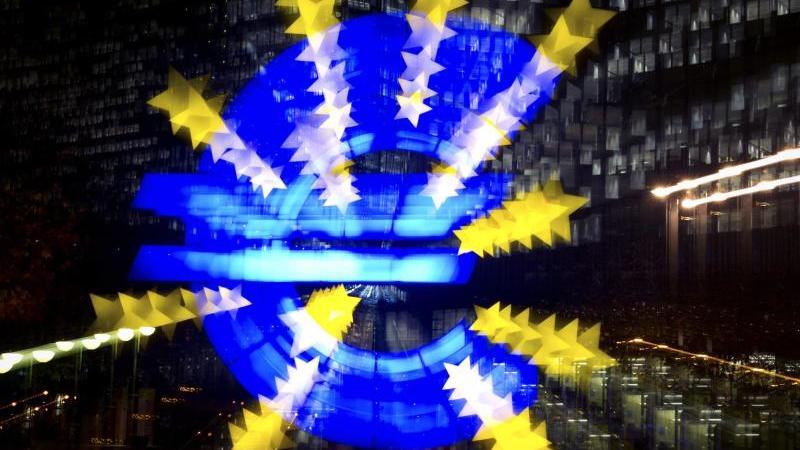 Ein Eurozeichen ist zu sehen. Foto: Daniel Reinhardt/dpa/dpa-tmn/Symbolbild