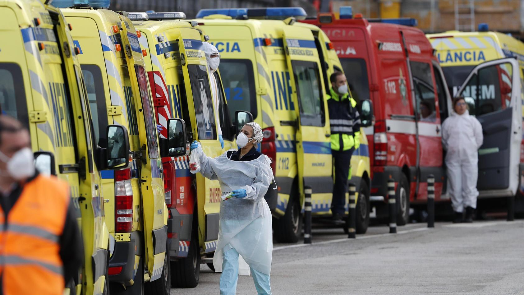 Mehr als ein Dutzend Krankenwagen stehen Schlange, um ihre COVID-19-Patienten im Santa Maria Krankenhaus an die Sanitäter zu übergeben.