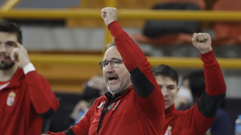 Trainer Istvan Gulyas und die ungarische Mannschaft haben Polen geschlagen und somit das deutsche WM-Aus besiegelt. Foto: Petr David Josek/AP POOL/dpa