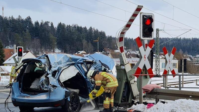 Mitarbeiter der Feuerwehr an der Unfallstelle in Marbach. Foto: Christian Klemm/dpa