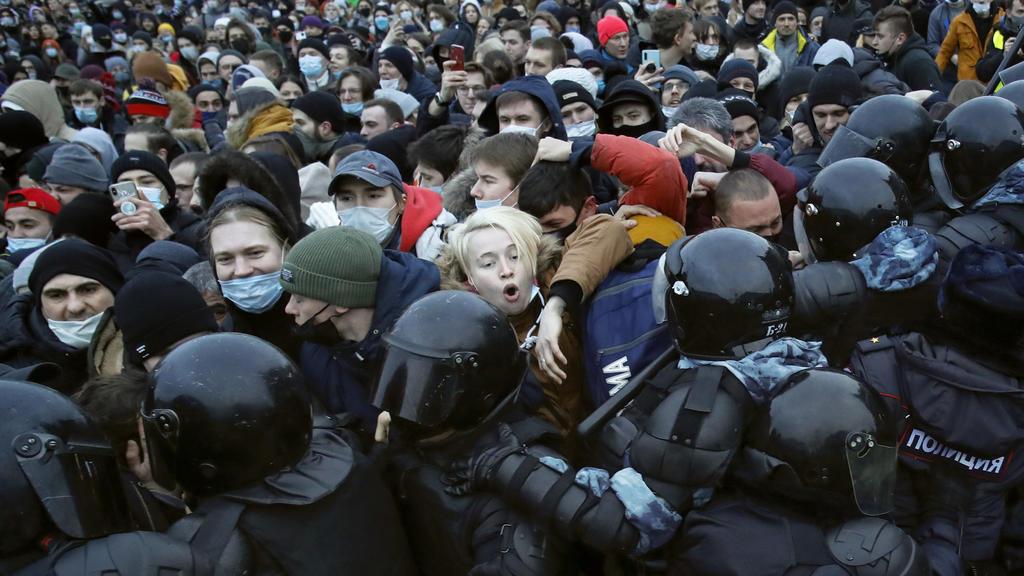 dpatopbilder - 23.01.2021, Russland, St. Petersburg: Polizisten stoßen mit Demonstranten zusammen, die gegen die Inhaftierung des Oppositionsführers Nawalny protestieren. Nawalnys Anhänger hatten für diesen Samstag in mehr als 90 russischen Städten z