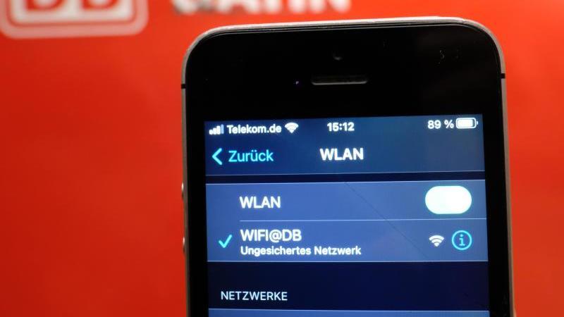 Auf einem Smartphone an einem S-Bahnhof wird das WLAN der Deutschen Bahn (DB) angezeigt. Foto: Sebastian Willnow/dpa-Zentralbild/dpa