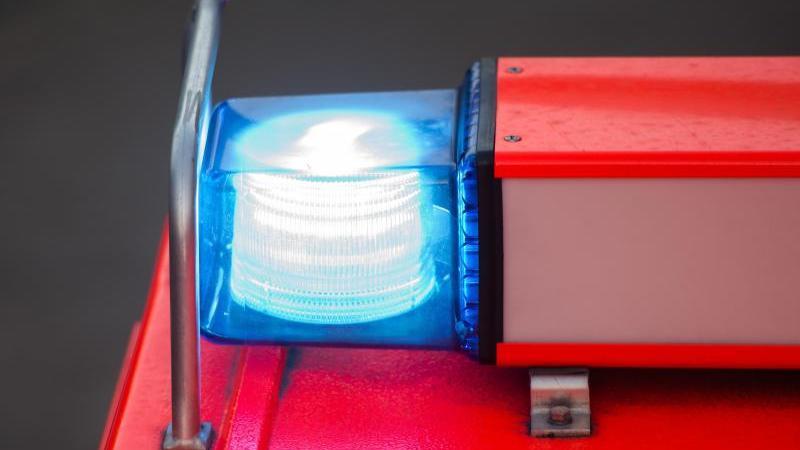 Ein Feuerwehrblaulicht ist auf einem Einsatzfahrzeug zu sehen. Foto: picture alliance / dpa/Symbolbild