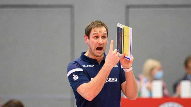 Schwerins Trainer Felix Koslowski gibt Anweisungen. Foto: Robert Michael/dpa-Zentralbild/dpa