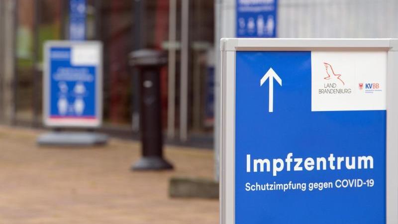 Impfzentrum in der Metropolishalle des Filmparks Babelsberg. Die Bundesregierung bereitet sich auf Angriffe gegen solche Institutionen vor. Foto: Soeren Stache/dpa-Zentralbild/POOL/dpa