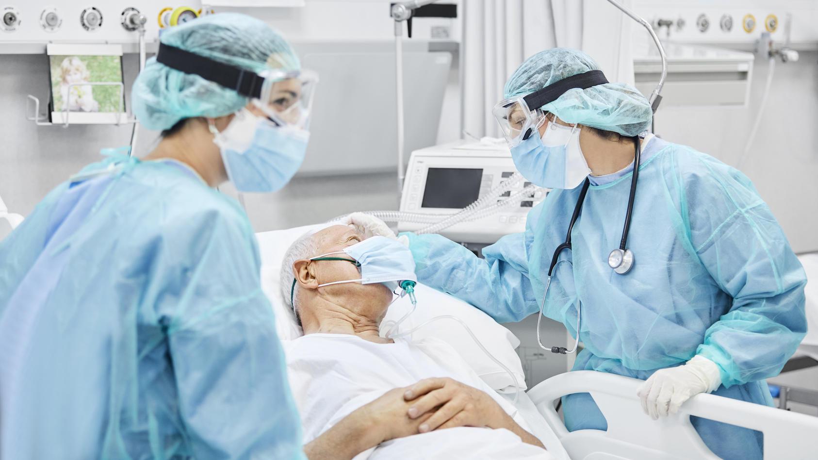 Monoklonale Antikörper werden im Labor hergestellt und sollen das Virus nach einer Infektion außer Gefecht setzen.