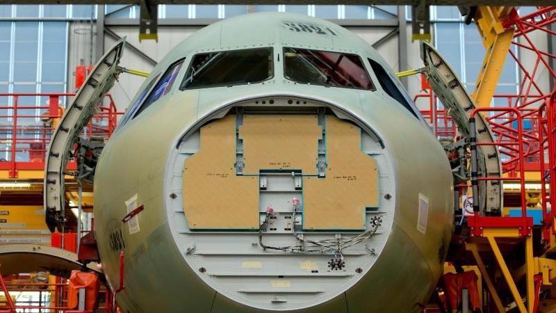 Airbus der A320-Familie steht in der Endmontagehalle im Airbus-Werk in Hamburg-Finkenwerder.
