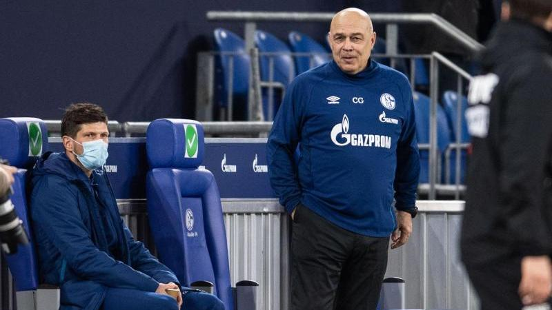 Schalke-Trainer Christian Gross (r) muss weiter auf Klaas-Jan Huntelaar verzichten. Foto: Marius Becker/dpa