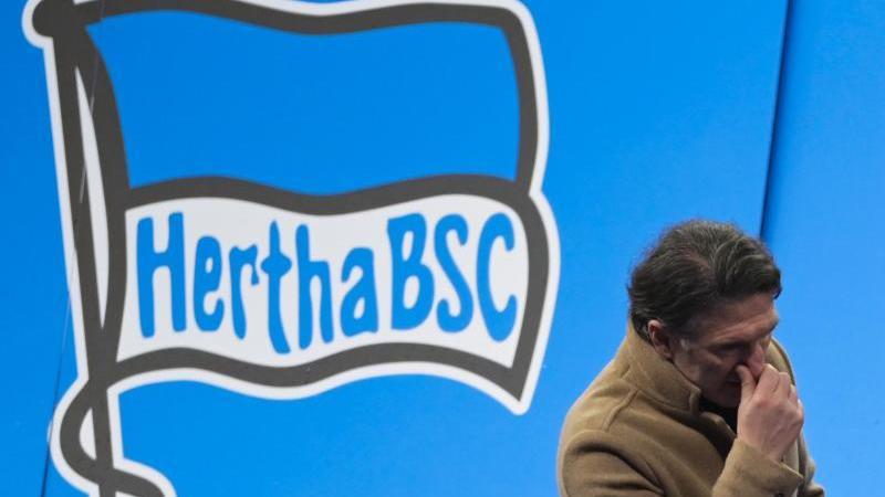 Herthas geschiedene Trainer Bruno Labbadia vor einem Vereins-Logo. Foto: Soeren Stache/dpa-Zentralbild/POOL/dpa/Archivbild