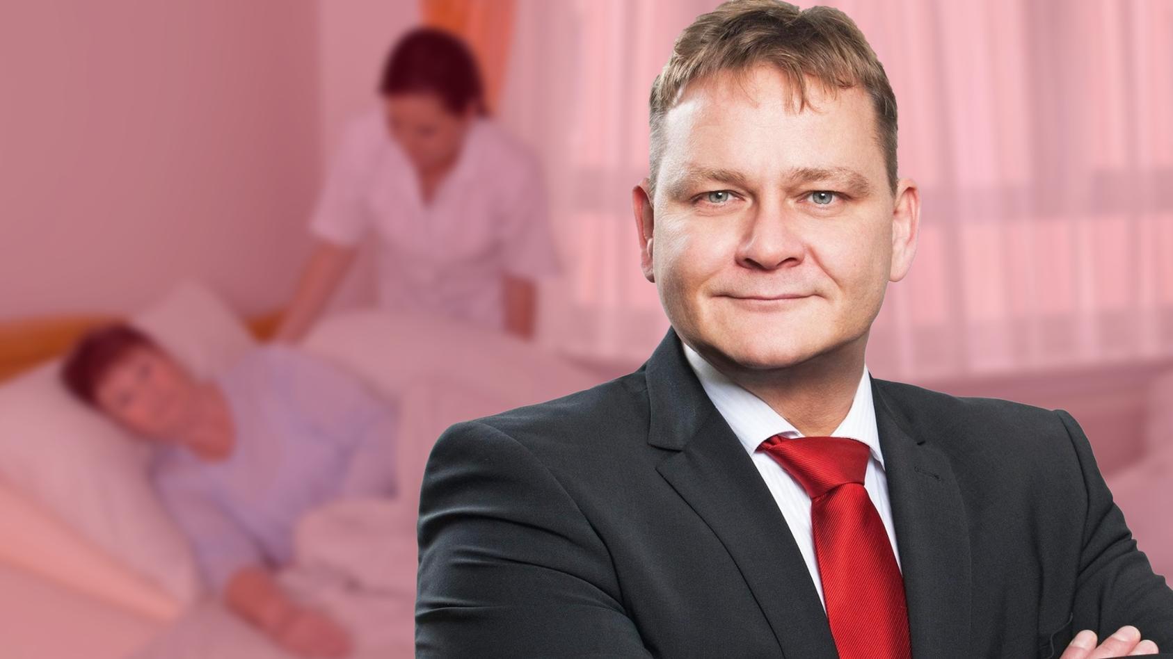 Pflegedienst-Leiter René Willmer wehrt sich gegen die Vorwürfe, er habe Mitarbeiter wegen Impfverweigerung entlassen.