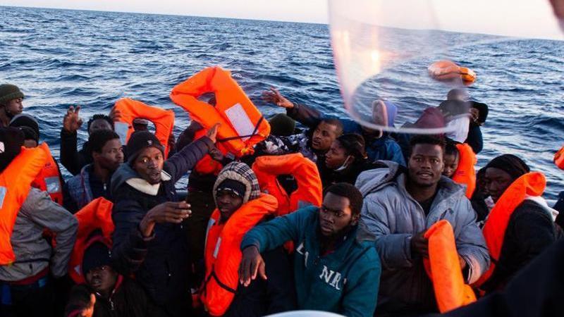 """Migranten werden vom Seenotrettungsschiff """"Ocean Viking"""" gerettet. Foto: Fabian Mondl/SOS MEDITERRANEE/dpa"""