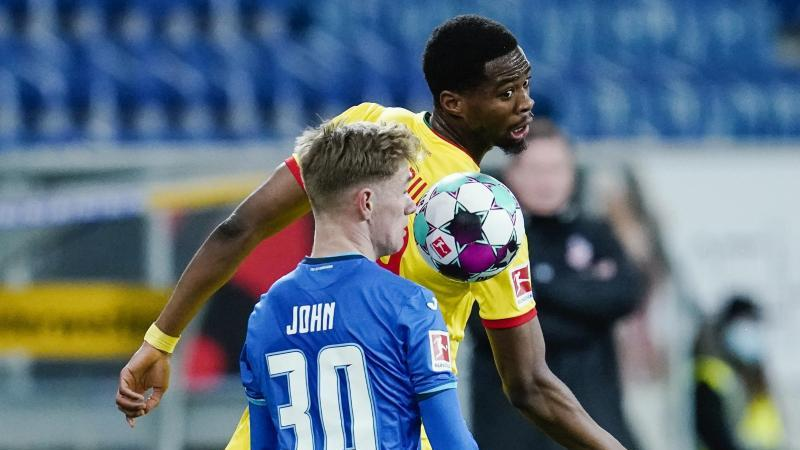 Hoffenheims Marco John und Kölns Kingsley Ehizibue (l-r.) am Ball. Foto: Uwe Anspach/dpa