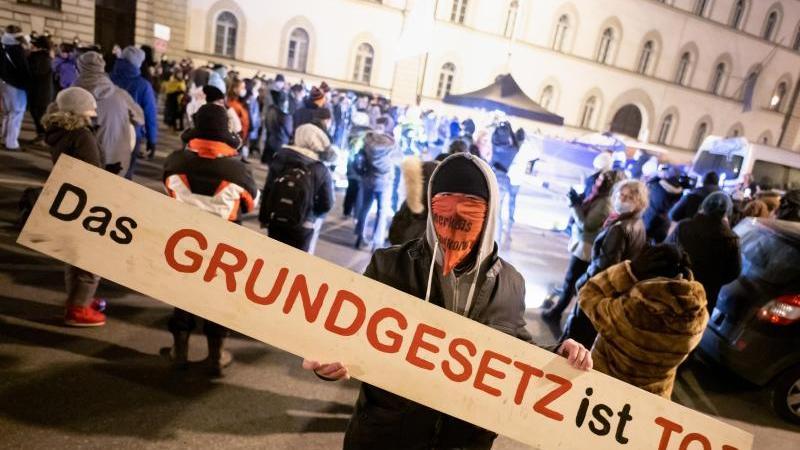 """Einer der selbsterklärten """"Querdenker"""" bei deren Aktion vor dem Bayerischen Verfassungsgerichtshof. Foto: Matthias Balk/dpa"""