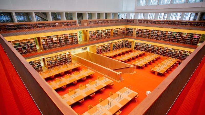 Der Allgemeine Lesesaal der Staatsbibliothek Unter den Linden. Foto: Christoph Soeder/dpa