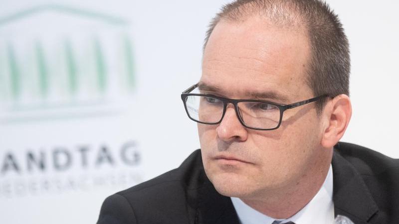 Grant Hendrik Tonne, Kultusminister von Niedersachsen, sitzt bei einerPressekonferenz. Foto: Julian Stratenschulte/dpa