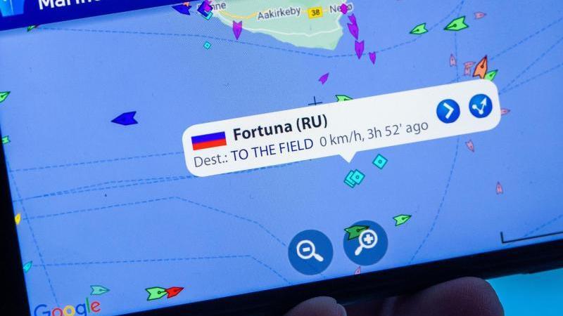 """Auf einem Smartphone-Monitor ist die App """"MarineTraffic"""" zu sehen, die die Position des russischen Verlegeschiffs Fortuna vor der Ostseeinsel Bornholm (Dänemark) anzeigt. Foto: Jens Büttner/dpa-Zentralbild/dpa"""