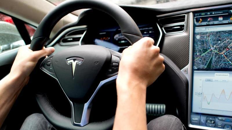 Bei der Prüfung geht es um mögliche Sicherheitsrisiken des berührungsempfindlichen Bildschirms in der Mittelkonsole von verschiedenen Tesla-Modellreihen. Foto: picture alliance / dpa