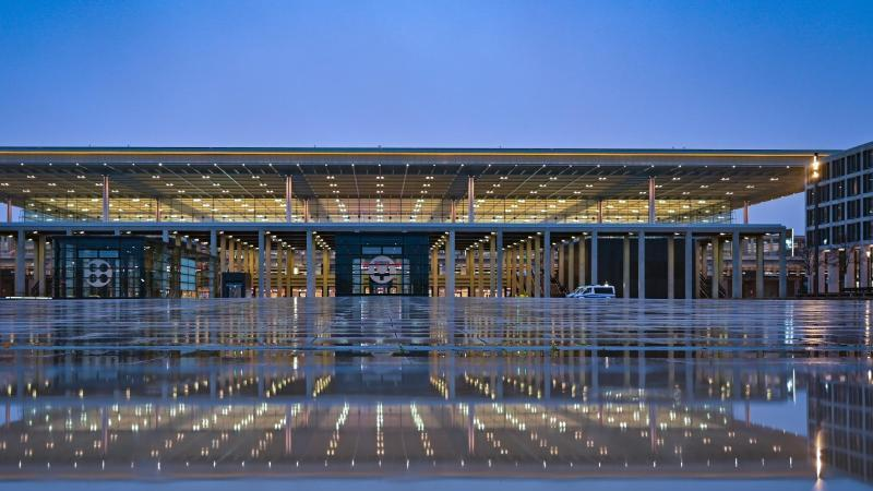 Blick auf den BER. Foto: Patrick Pleul/dpa/Archivbild