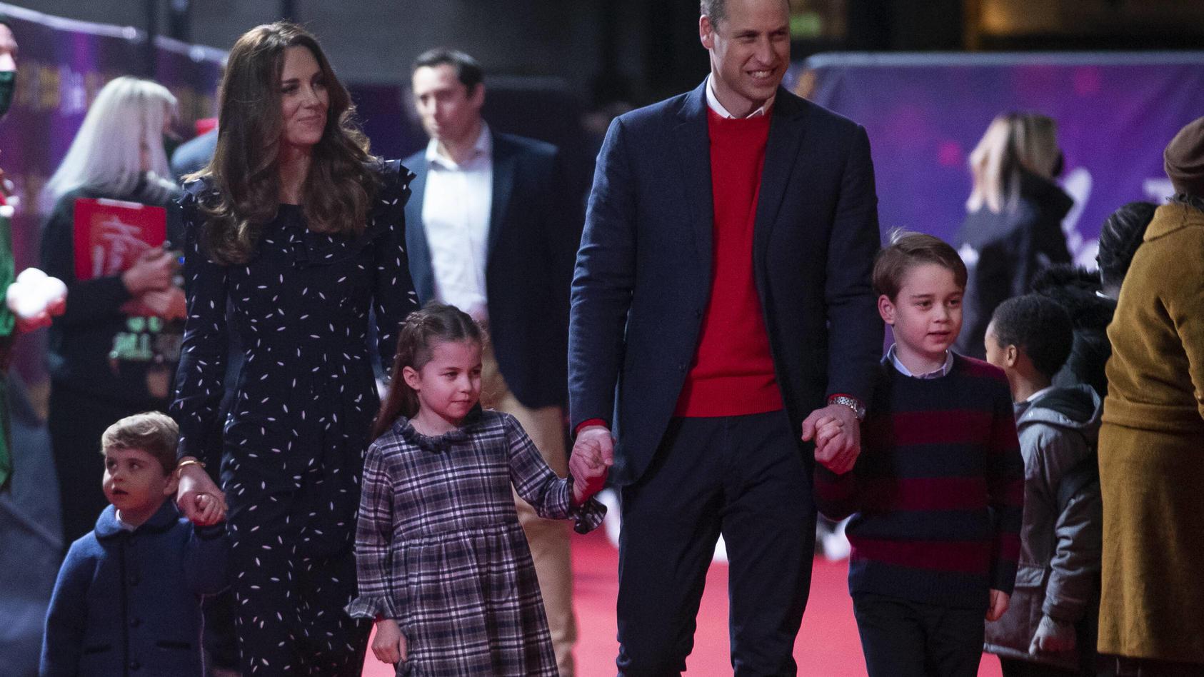 Prinz William und Herzogin Kate besuchen mit ihren Kindern einen Theatervorstellung in London .
