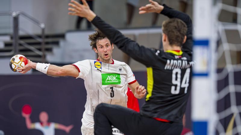 Uwe Gensheimer (l) kam mit Deutschlands Handballern nicht über ein Remis gegen Polen hinaus. Foto: Sascha Klahn/dpa