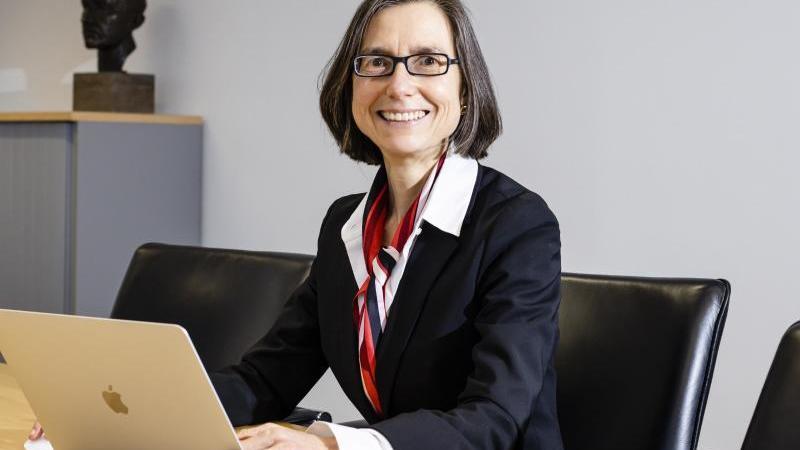 Simone Fulda sitzt in ihrem Büro und schaut in die Kamera. Foto: Frank Molter/dpa/Archivbild