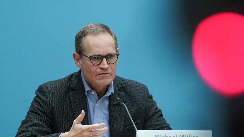 Michael Müller (SPD) spricht bei einer Pressekonferenz. Foto: Jörg Carstensen/dpa/Archivbild