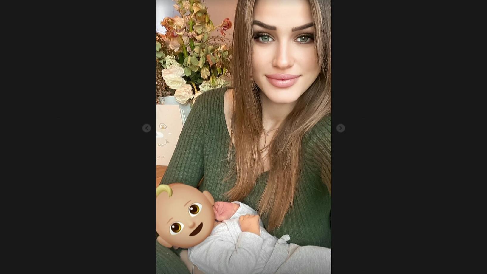 Neele Bronst und ihr kleines Baby.