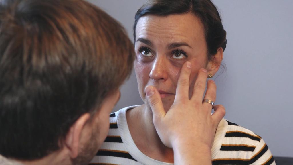 """Patrick findet Claudias """"Grunge Look"""" nicht so toll: er denkt, seine Frau hätte zwei blaue Augen."""