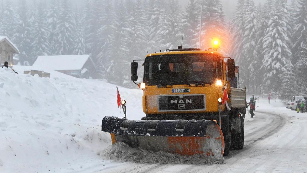 Baden-Württemberg, Sand: Beim Mehliskopf fährt ein Schneepflug vorbei um die Strasse vom Schnee zu räumen. Die Schneefälle der letzten Tage locken Ausflügler in den Schwarzwald. Foto: Uli Deck/dpa +++ dpa-Bildfunk +++