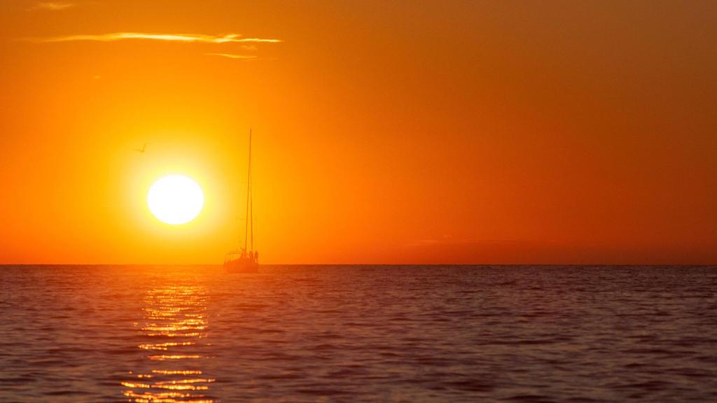 Porec THEMENBILD - URLAUB IN KROATIEN, ein Boot fährt dem Sonnenuntergang entgegen, aufgenommen am 03.07.2014 in Porec, Kroatien // a boat travels into the sunset at Porec, Croatia on 2014/07/03. Pictures 2014, PhotoCredit: / JFK *** Porec THEME PIC
