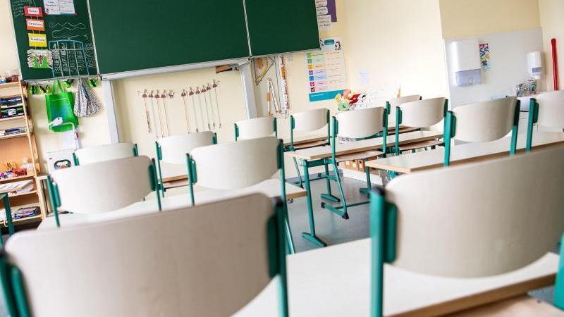 Ein leerer Klassenraum. Foto: Sina Schuldt/dpa/dpa-tmn/Symbolbild