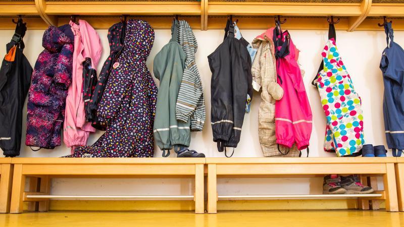 Jacken von Kindern hängen in einer Kindertagesstätte. Foto: Philipp von Ditfurth/dpa/Symbolbild/Archiv