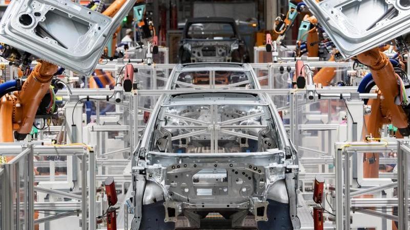 Produktion eines E-Autos im Volkswagen-Werk in Zwickau (Symbol). VDA-Chefin Müller will, dass die wachsende Nachfrage nach Elektro-Autos in Deutschland bedient und weiter angefacht wird. Foto: Hendrik Schmidt/dpa-Zentralbild/dpa