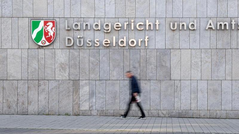 Ein Passant geht am Landgericht und Amtsgericht Düsseldorf vorbei. Foto: Marius Becker/dpa/Archiv