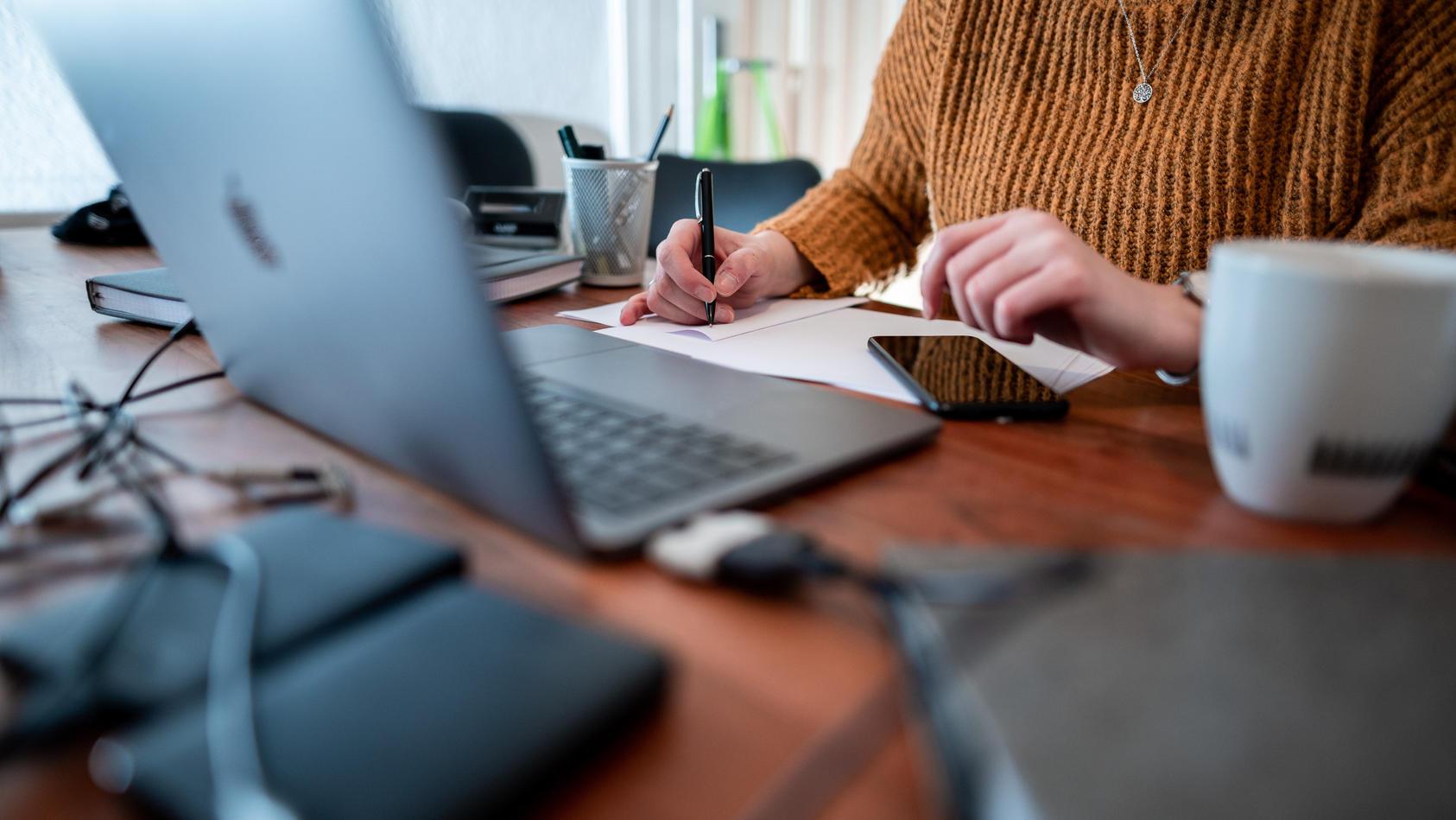Der Arbeitgeber darf wissen, wann der Angestellte mit der Arbeit beginnt. Eine komplette Kontrolle ist aber verboten.