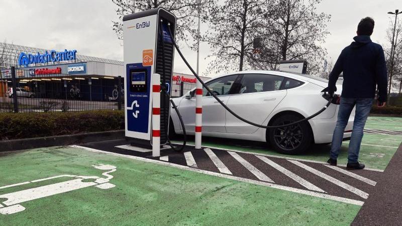 In einem Schnellladepark für E-Autos des Energiekonzerns EnBW am Durlach Center, einem Einkaufszentrum, wird ein Auto aufgeladen. Foto: Uli Deck/dpa