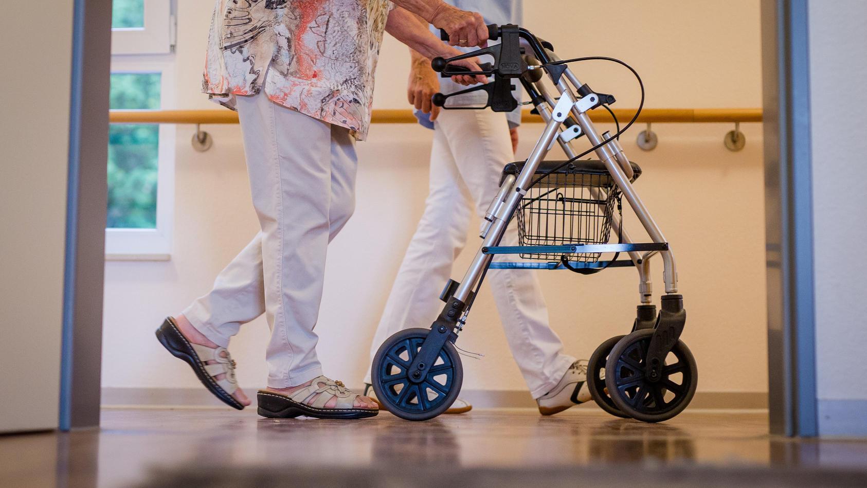 Die Kosten für Pflegeheimbewohner und ihre Angehörigen steigen und steigen.