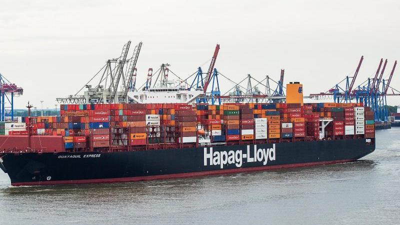 Ein Hapag-Lloyd-Containerschiff fährt in den Hafen ein. Foto: Christina Sabrowsky/dpa/Symbolbild