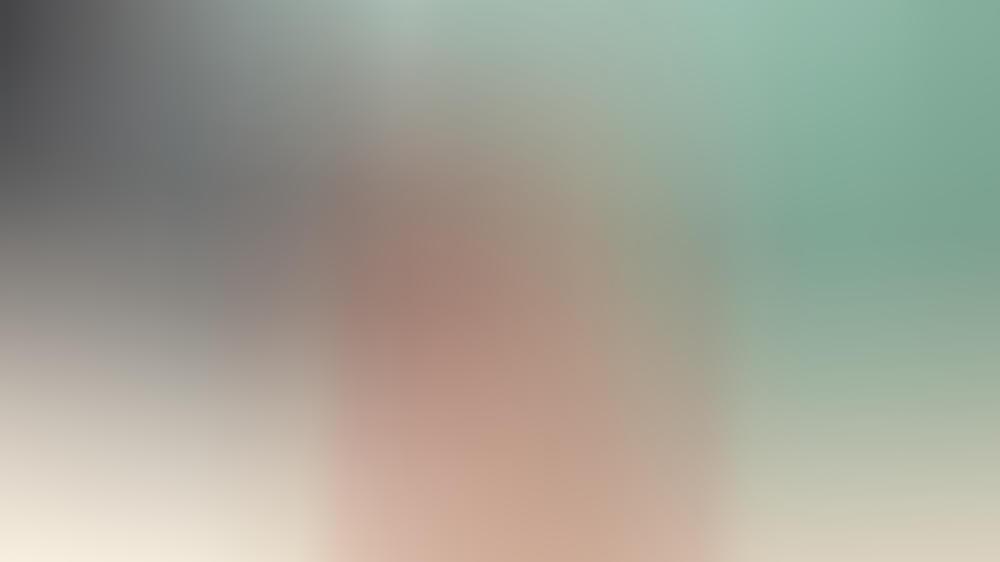 Schauspielerin Zendaya trägt ihren ärmellosen Trenchcoat über einem Trainingsanzug.